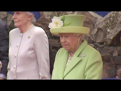 Queen unveils statue to Victoria Cross-winning soldier