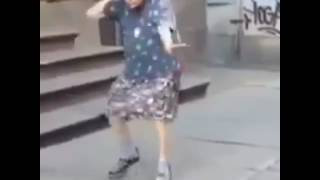 Бабка танцует