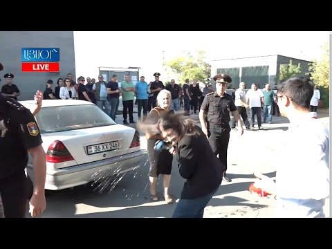 Եռաբլուրում զոհվածի հարազատը բաժակով ջուր է շփել լրագրողի վրա