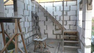 видео Расчет и монтаж деревянной лестницы на второй этаж своими руками