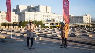 Daniel Obajtek na placu budowy tymczasowego szpitala w Ostrołęce.