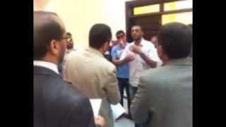 نقيب عزالدين الفزاني يتكلم مع السيد عبدالحفيظ غوقه عن اسباب الاعتصام