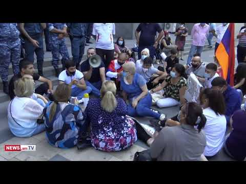 Տեսանյութ.Փաշինյան Նիկոլ, դու իմ վարչապետը չես. ոստիկանները ցուցարարներին թույլ չտվեցին նստացույց անել կառավարության աստիճաններին