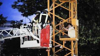 Berlin-Mitte: Feuerwehr rettet Mann von Baukran am Fernsehturm