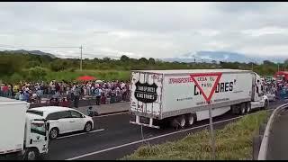 #Xalapa Integrantes del Movimiento de Resistencia Civil se manifiestan en entronque de Cerro Gordo