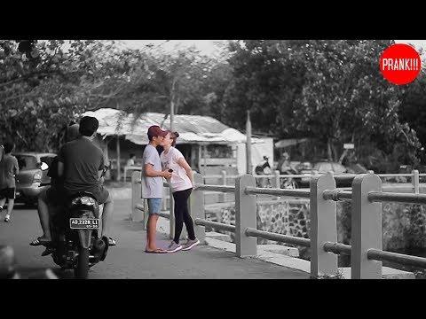 KISSING PRANK #3 - Cara Mendapatan Ciuman ! Jomblo dilarang nonton ini ! - Prank Indonesia thumbnail