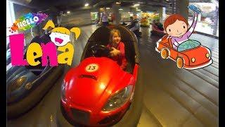 Смотреть видео Лена в Maza Park Катается на машинах Играет в автоматы Развлекательный комплекс Cars Active Games онлайн