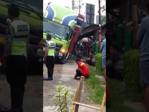 Ada kontainer ambles di Otista Subang kota.. Mobil Derek ga sanggup angkat..gw masuk tv eng