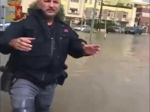 La policía de Italia rescata a un niño atrapado en un coche por las lluvias