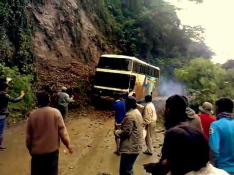 Bus cae al abismo en la Ruta de la muerte en Bolivia (nuevo video)