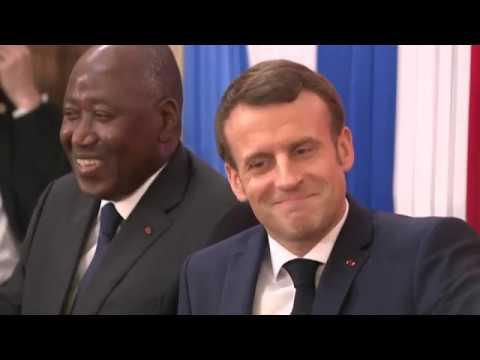 Emmanuel Macron fait chef traditionnel à Abidjan au 2e jour de sa visite en Côte d'Ivoire