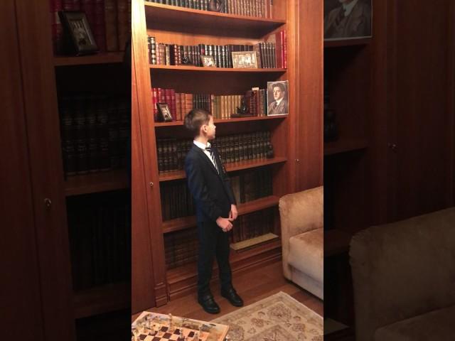 Изображение предпросмотра прочтения – КорнейИльяшенко читает отрывок изпроизведения «Гимн ученому» В.В.Маяковского