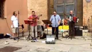 """Fausto Carpani e il Gruppo Emiliano """"il padrone è il contadino"""" in Piazza Galvani a Bologna"""