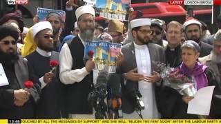 مسلمون ينثرون آلاف الزهور على جسر لندن تضامنًا مع ضحايا الإرهاب