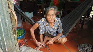Tuổi già không làm ra tiền, bà cụ nói không dám mua chai dầu gió xanh