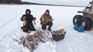 Это был НАШ ПЕРВЫЙ ЛЕД на таёжном озере Зимняя рыбалка 2020 21