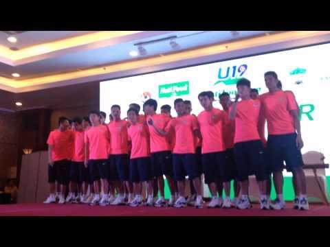 """U19 Việt Nam hát """"Hello Vietnam"""""""