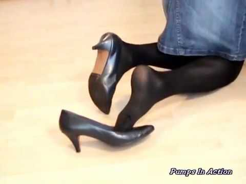 黒のパンティーストッキングと、黒のハイヒールを着けた女性が、階段を下りてきます。 1曲 Emerald Therapy Audionautix