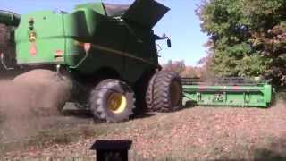 John deere s680 combine harvesting soybeans