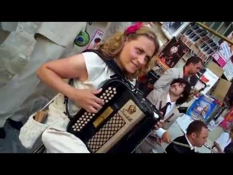 FESTIVAL OFF D`AVIGNON    STREET PERFORMERS IN 30 ACTS