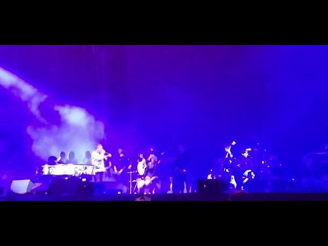 Alejandro Sanz cantando Burbujas de Amor y proclama a Juan Luis Guerra como único rey de la bachata