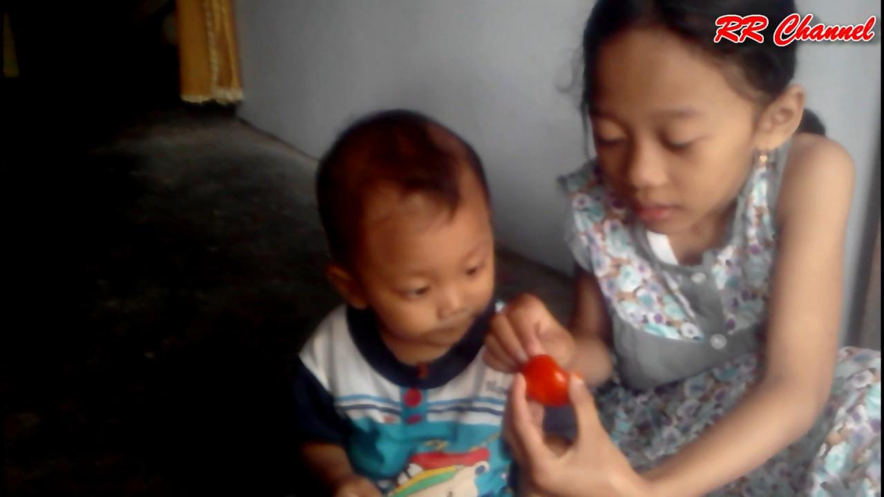 Lucu Anak Kecil Makan Tomat
