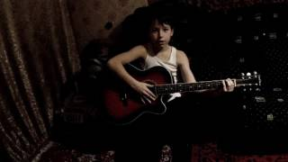 первые уроки игры на гитаре (видео остановилось посмотрите 2 часть урока)