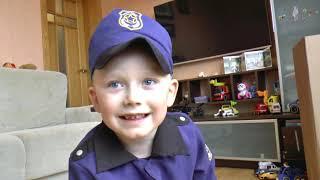 Сеня играет в полицейского и в полицейские машинки игрушки