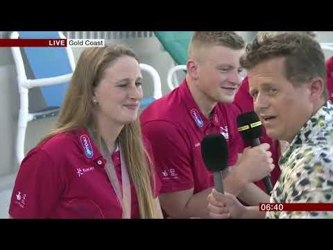 Un reportero de la BBC cae en una piscina durante una entrevista