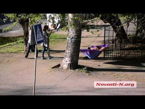 Видео 'Новости-N': В центре Николаева парень повесил гамак и прилег отдохнуть