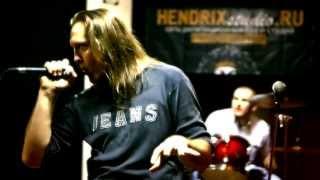 Преподаватель вокального тренинга (эстрадный и рок-вокал) Поль демонстрирует рок-вокал