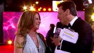 Una emocionada Ana María Polo se detuvo a dar autógrafos y sacarse selfies en la Gala de Viña