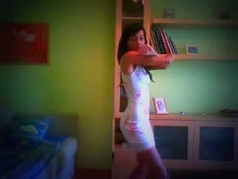 девушка танцует перед зеркалом в клипе