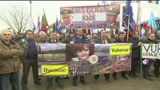 Thousands of Croats rally against Serb Cyrillic signs