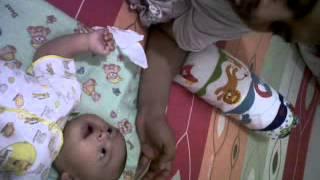 Bayi Bagas usia 2 bulan sudah bisa menirukan papa bernyanyi