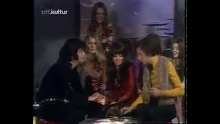 Mariska Veres and Andy Kim kiss
