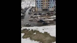 Трактор разгоняет лужу в Зеленограде