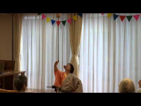老人ホームの敬老会のレクリエーションでパフォーマンス