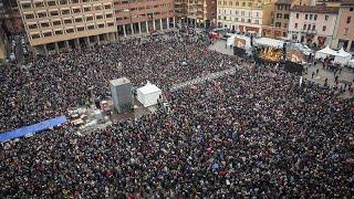ITALIA   'SARDINAS' contra la ultraderecha de SALVINI antes de unas ELECCIONES CRUCIALES