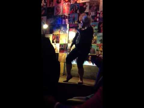 Mo's Bar karaoke