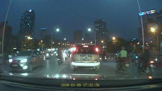 Ý thức giao thông cầu vượt Nguyễn Chí Thanh. Xem từ 1p30.
