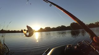 Рыбалка с лодки! Ловля КАРАСЯ с лодки на поплавок. Рыбалка с ночевкой.