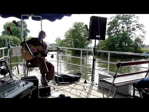 Alan Burke sings Belfast Mountains on the river Th...