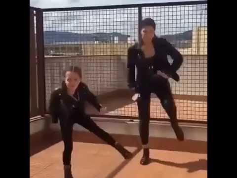 Мать танцует стрептис сыну
