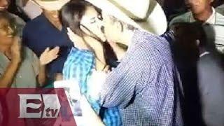 Layin hace que mujer lo bese en acto público / Excelsior informa