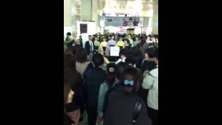 東日本大震災の際、タカラジェンヌのみなさんが阪急梅田にて支援活動を...