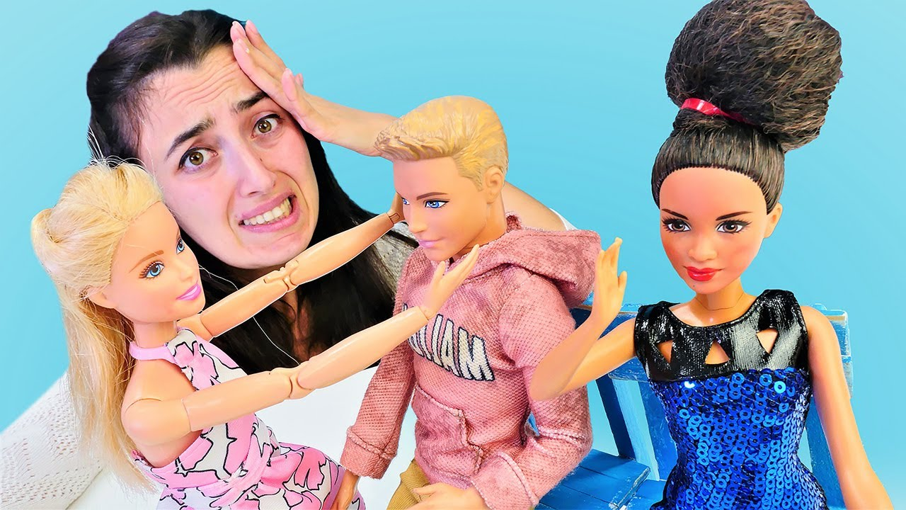 Barbie, Ken ve Sevcan ile oyun. Barbie Ken'i eski kız arkadaşından kıskanıyor