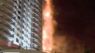 Пожар в Дубае: небоскреб превратился в огромный факел(Крупный пожар произошел в новогоднюю ночь в Дубае. За несколько часов до наступления Нового года там загоре..., 2016-01-01T18:43:00.000Z)