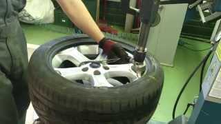 Как выполняется шиномонтаж.How to disassemble the car wheel(Для начала шиномонтажа нужно спустить колесо. Затем снимаем все грузики. После этого нужно отжать покрышку..., 2015-07-28T19:24:35.000Z)