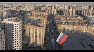 Пролёт над Воронежем с 7ми метровым триколором. Ко дню Государственного флага РФ.